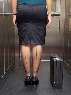 Kısa boylu kadınlara kısa etekler Kilolu ve kısa boylu kadınlara etek boyu kısa etekler giymeleri tavsiye ediliyor. En fazla dizde biten etek boyları tercih edilmeli çünkü uzun etekler boyu daha da kısa gösterir. Zayıf kısa boylu kadınlara da etek boyu kısa etekler yakışıyor. Fakat modeller üzerinde değişik alternatifler kullanılabilinir. Çünkü bu tip kadınlar değişik modelleri rahatlıkla taşıyabilirler.